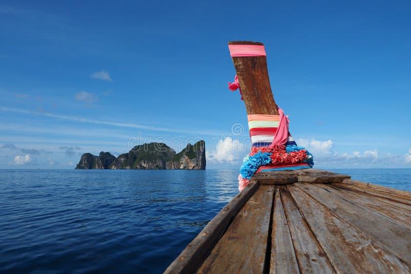 Jefe de la isla Tailandia de la phi de la phi del fondo del cielo azul del barco de la cola larga imagenes de archivo