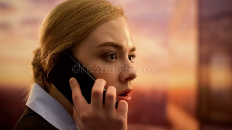 Jefe de la señora joven que regaña en el teléfono, rompiendo el contrato con los socios sin escrúpulos imagenes de archivo