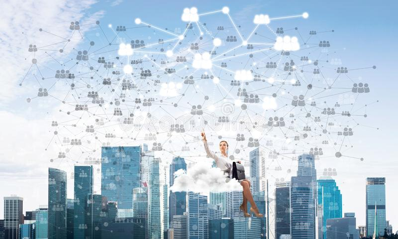 Jefe de la señora o flotador elegante del contable en concepto de la nube y del establecimiento de una red fotografía de archivo libre de regalías