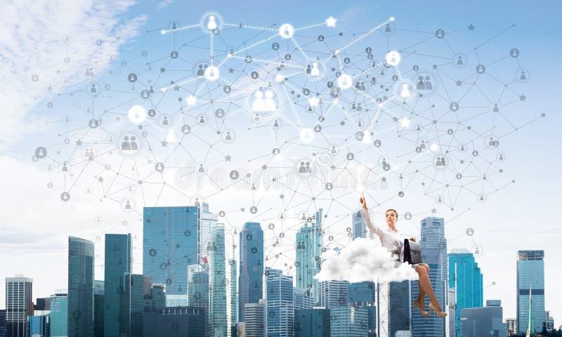 Jefe de la señora o flotador elegante del contable en concepto de la nube y del establecimiento de una red foto de archivo libre de regalías