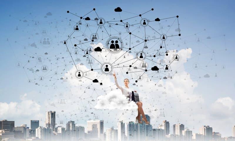 Jefe de la señora o flotador elegante del contable en concepto de la nube y del establecimiento de una red imagen de archivo