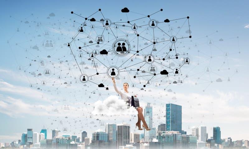 Jefe de la señora o flotador elegante del contable en concepto de la nube y del establecimiento de una red fotos de archivo libres de regalías