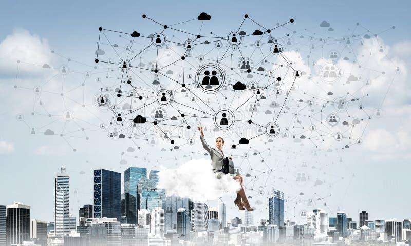 Jefe de la se?ora o flotador elegante del contable en concepto de la nube y del establecimiento de una red fotografía de archivo libre de regalías