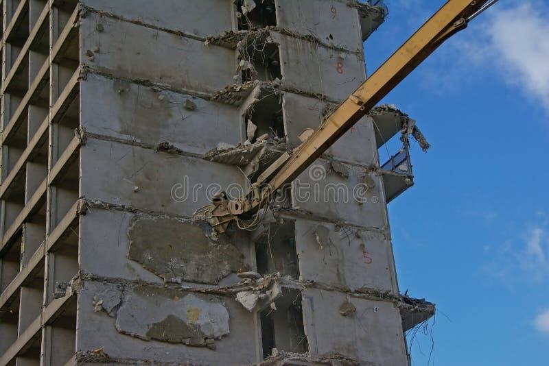 Jefe de una grúa que demuele abajo pelada una construcción de viviendas fotos de archivo libres de regalías