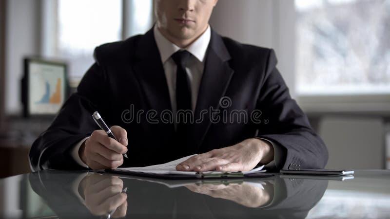 Jefe del acuerdo de firma de la empresa en la reestructuraci?n de su compa??a, asimiento del asaltante entrenado para la lucha cu fotografía de archivo libre de regalías