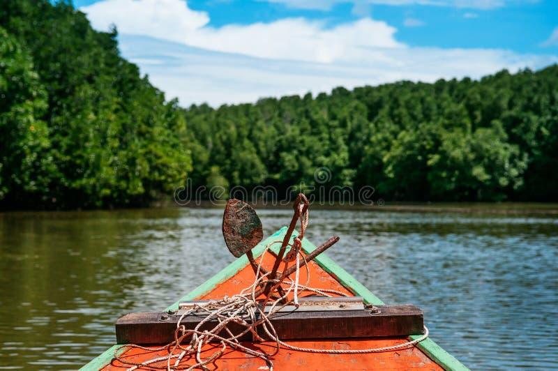 Jefe del barco de pesca tailandés colorido con el ancla rústica del hierro, hombre imagen de archivo libre de regalías