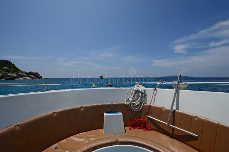 Jefe del barco en el mar y el cielo hermosos imagen de archivo libre de regalías