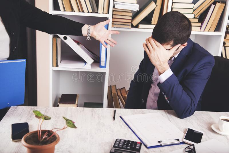Jefe enojado de la mujer con el trabajador del hombre fotografía de archivo