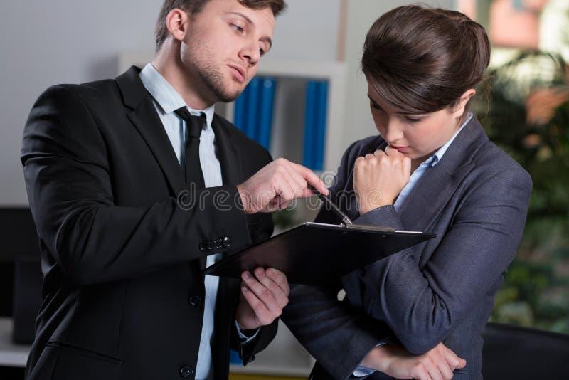 Jefe estricto que habla con la secretaria fotos de archivo