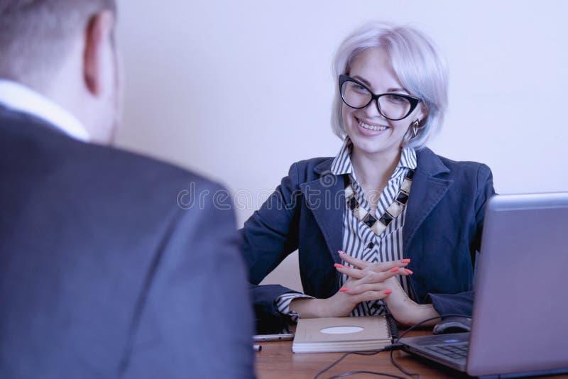 Jefe femenino con su trabajador en oficina fotos de archivo libres de regalías