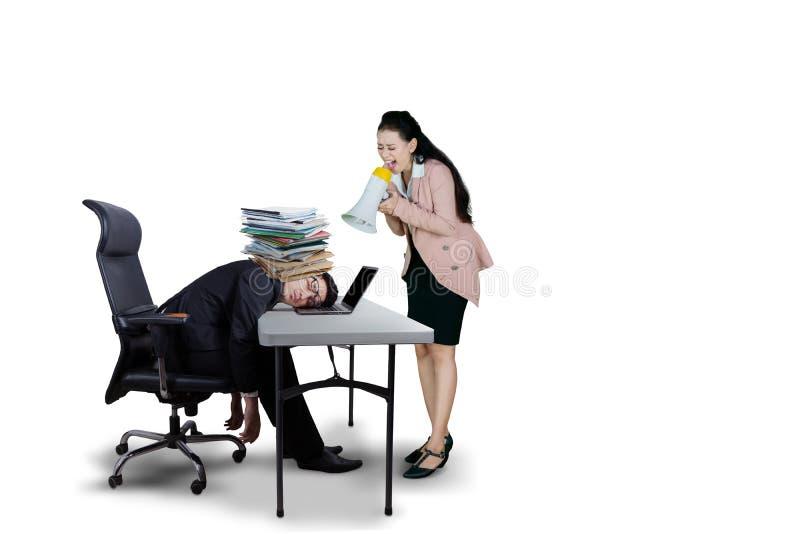 Jefe femenino que grita a su empleado agotado foto de archivo