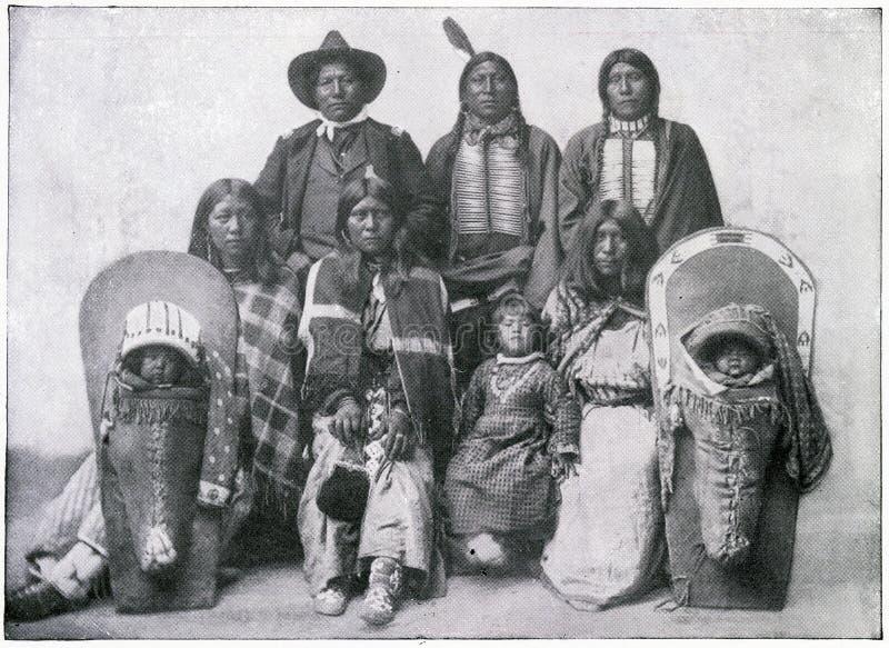 Jefe indio y familia norteamericanos stock de ilustración