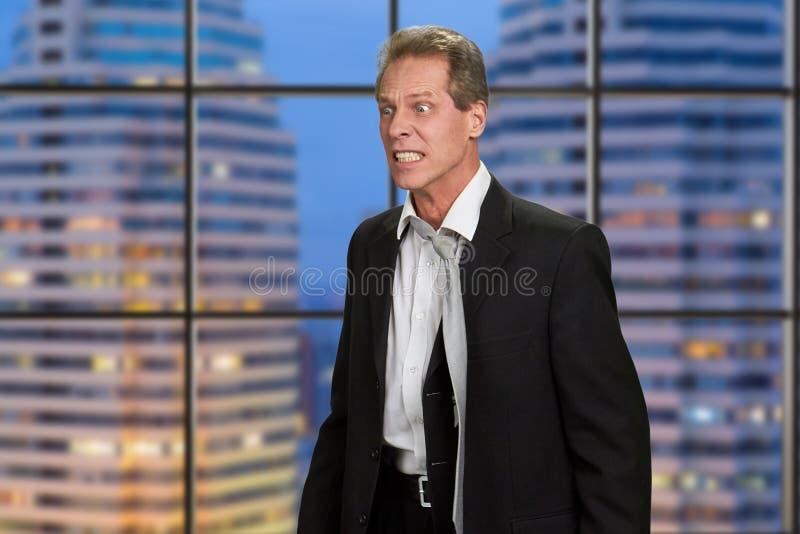 Jefe irritado enojado en fondo del rascacielos fotografía de archivo