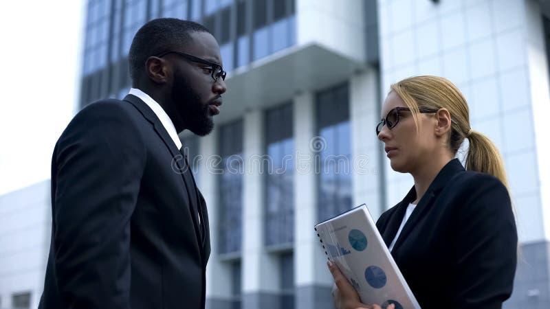 Jefe masculino decepcionado descontento con el trabajo poco cualificado del empleado, despido fotografía de archivo libre de regalías