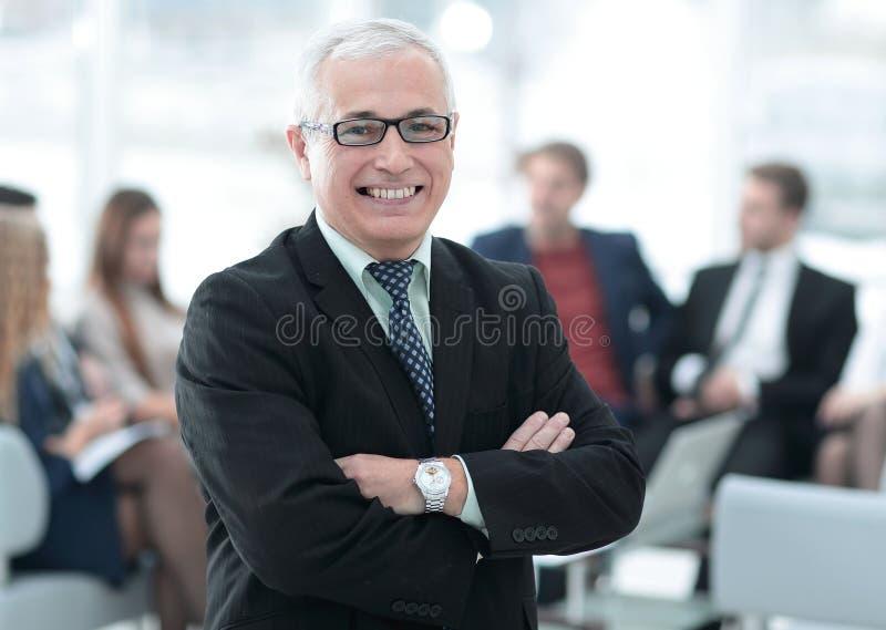 Jefe mayor sonriente en el fondo de la oficina fotografía de archivo libre de regalías