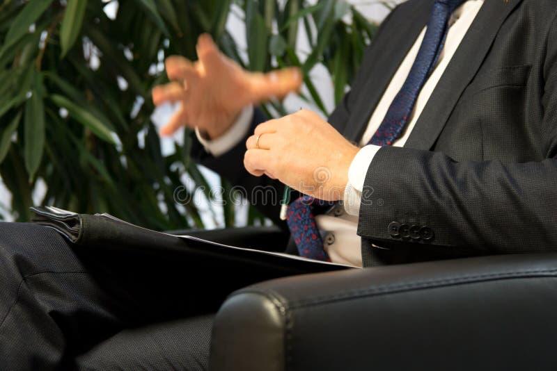 Jefe o político del hombre de negocios que da entrevista imagenes de archivo