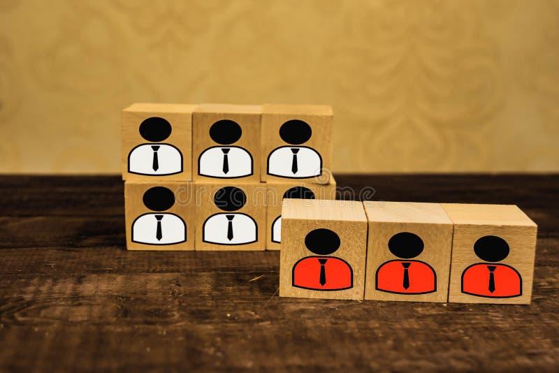 jefe y estatuillas subordinadas de la abstracción en los cubos de madera fotografía de archivo libre de regalías