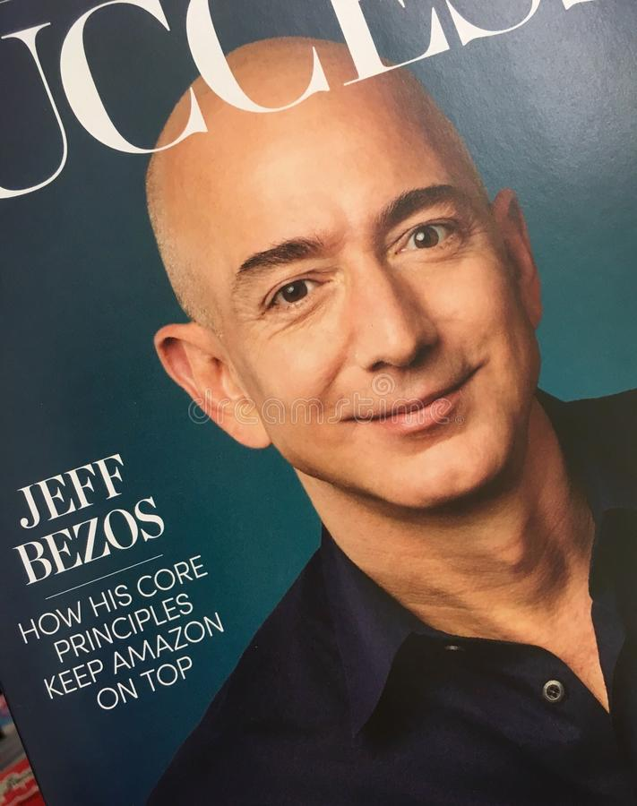 Jeff Bezos sur la couverture de magazine de succès photos stock