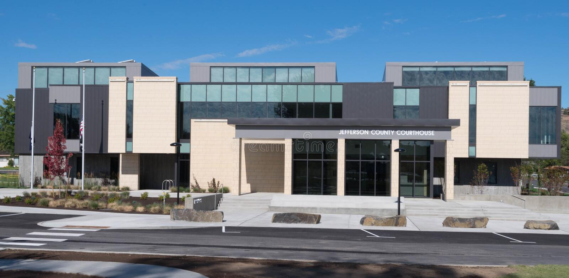 Jefferson County Courthouse i Madras, Oregon royaltyfria bilder