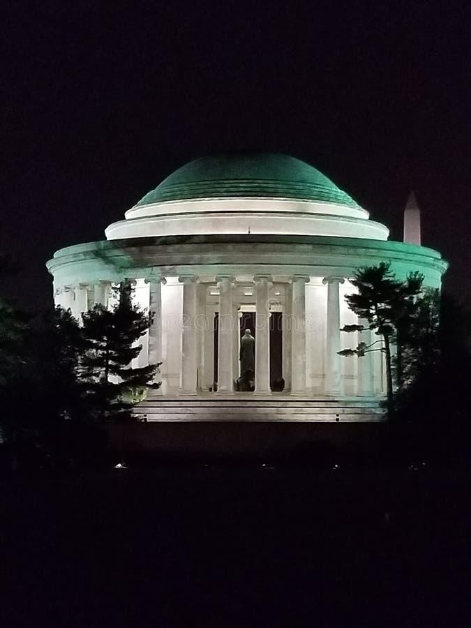 Jefferson Memorial na noite com Washington Monument no fundo imagem de stock