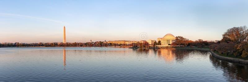 Jefferson Memorial och Washington Monument reflekterade på den tidvattens- handfatet i aftonen, Washington DC, USA arkivbilder