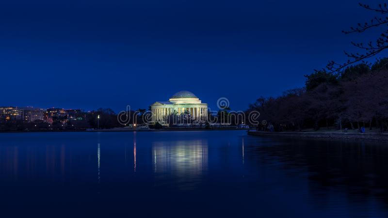 Jefferson Memorial in schemeringscène stock foto's