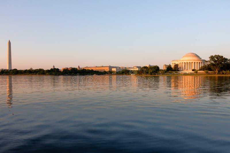 Jefferson Memorial und Washington Monument an der Dämmerung während des Gehung stockfotografie