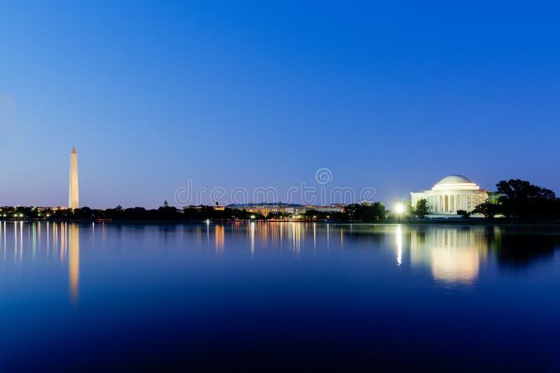 Jefferson Memorial y Washington Monument en la oscuridad durante el bl imágenes de archivo libres de regalías