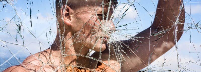 Jego ambicja zna żadny granicy Silny mężczyzna widzieć przez krakingowego szkła Sporta mężczyzna z mięśniową siłą Sporta klub obrazy stock