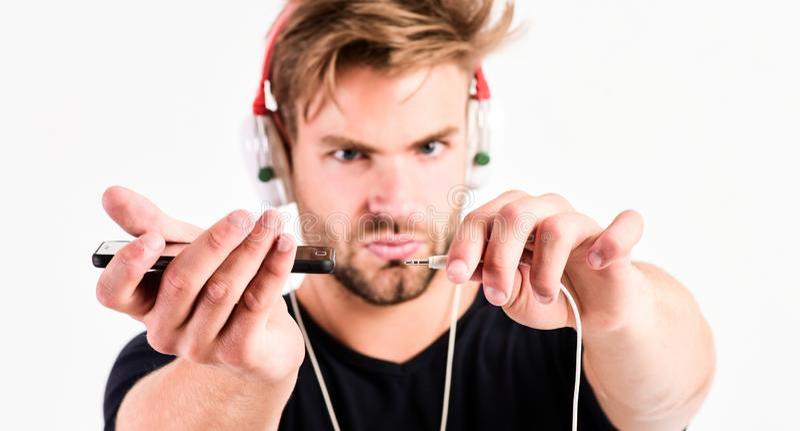 Jego nowi hełmofony ebook i online edukacja Muzyczna edukacja seksowny mięśniowy mężczyzna słucha ebook r zdjęcie stock