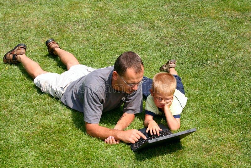 jego ojciec jest laptopów działania zdjęcie stock