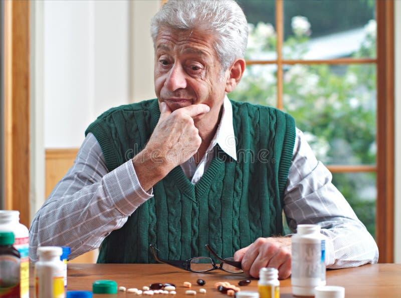 jego spojrzenia obsługują wiele pigułek seniora rozważnego zdjęcie royalty free