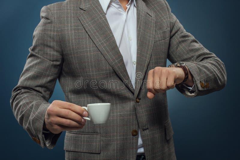 jego zegarek na biznesmen obraz stock