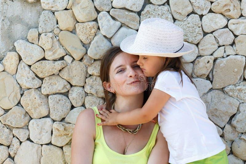 jej córka przytulanie mama obraz royalty free