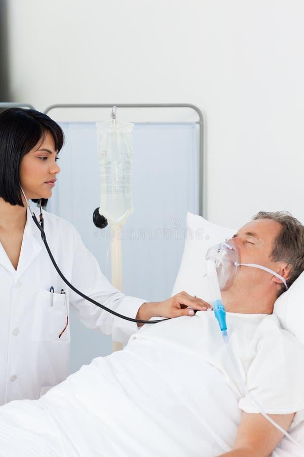 jej dojrzały pielęgniarki pacjenta whith zdjęcie stock