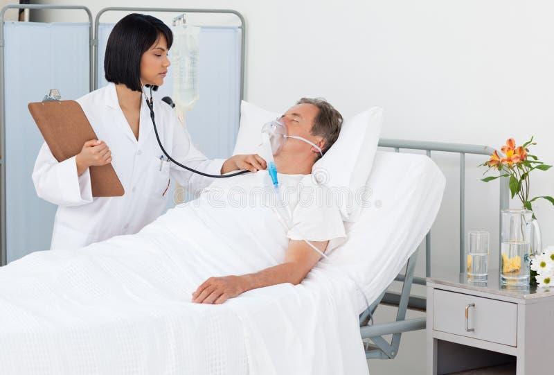 jej dojrzały pielęgniarki pacjenta whith obraz stock