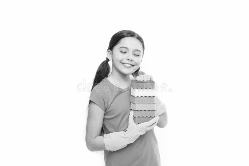 Jej kuchenne g?bki Ma?y housemaid gotowy dla gospodarstwo domowe pomocy Ma?e gospodyni mienia naczynia g?bki w gumowych r?kawiczk obraz royalty free