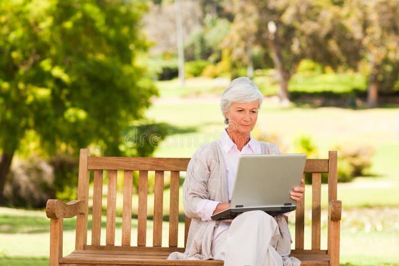 jej laptop przechodzić na emeryturę kobiety działanie obrazy stock