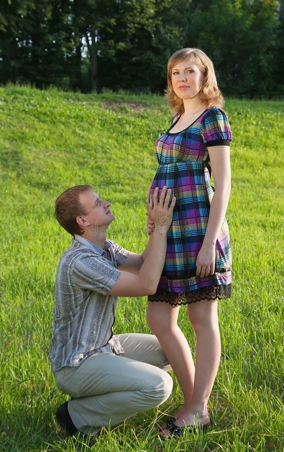 jej mąż pozuje kobieta w ciąży obrazy royalty free