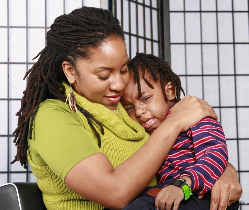 jej matka płacze komfort syna. obrazy royalty free
