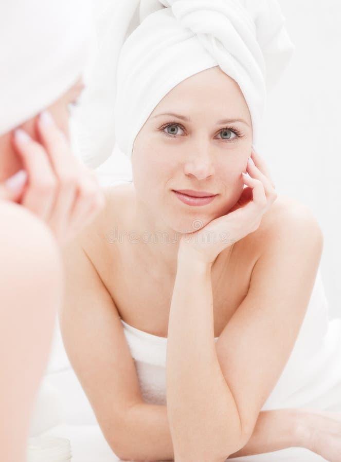 jej przyglądający odbicia prysznic kobiety potomstwa obrazy royalty free