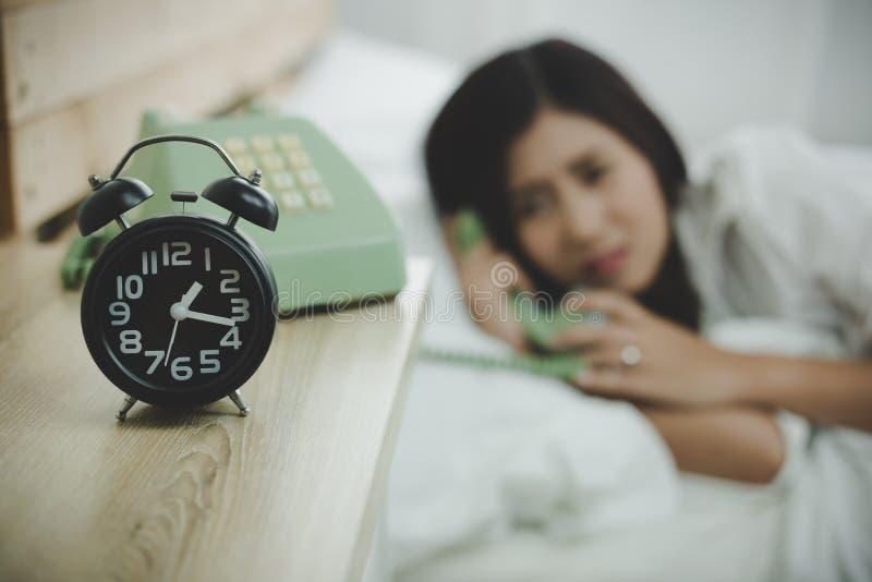 Jej rodzina dzwoni piękna córka przy środkiem noc f zdjęcia stock
