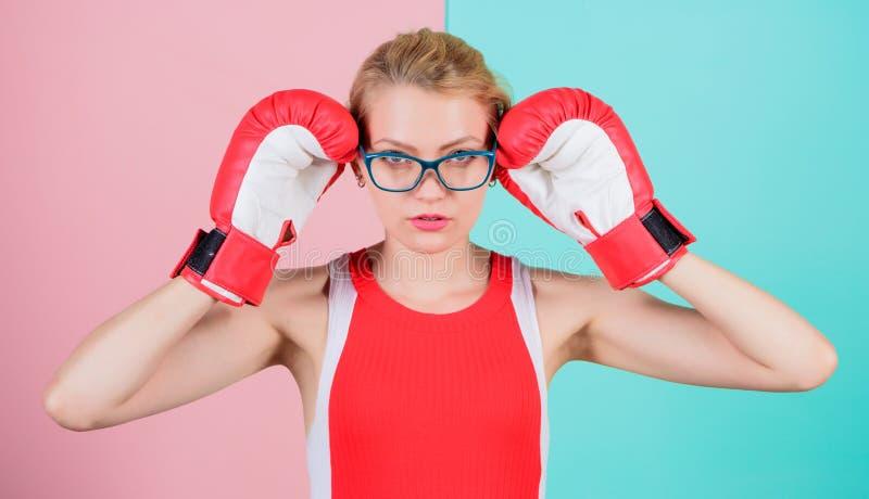 Jej zaufanie jest seksowny Śliczna bokser dziewczyna Ładna kobieta w szkłach i bokserskich rękawiczkach Sportowa kobieta w sport  fotografia stock