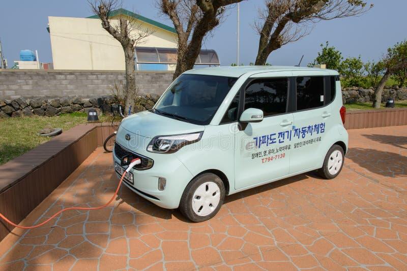 Jeju-Do, Korea - 10. April 2015: KIA Ray EV neuladen elektrisch stockbilder