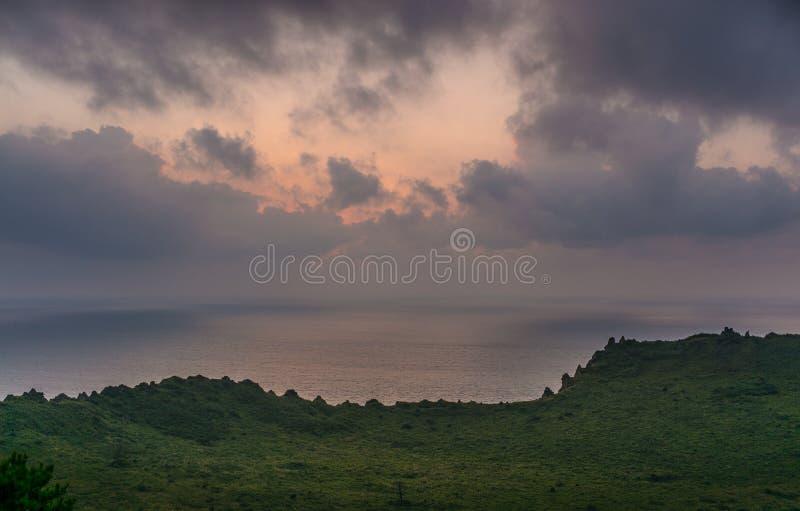 JEJU-INSEL, KOREA: Schöner Sonnenaufgang von der Spitze von Seongsan Ilchulbong stockfoto