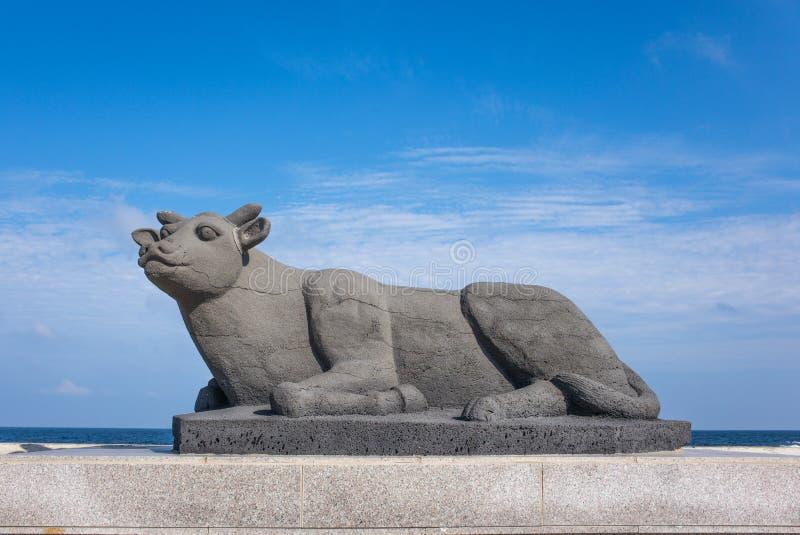 Jeju, Korea: Die Kuhstatue auf Udo IslandCow Island Udo ist eine der besuchten Stellen in Jeju-Do Über Millionen Menschen VI stockfotografie
