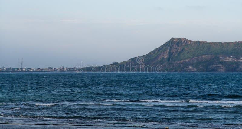 JEJU wyspa, KOREA: Widok Seongsan Ilchulbong Powulkaniczny rożek od miasteczka przy pogórzem obraz stock