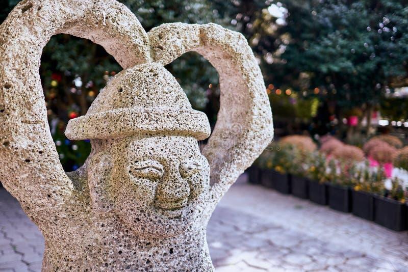 Jejueiland, Zuid-Korea: 1 januari, 2018: Het glimlachen van harubang beeldhouwwerk met zijn wapens die een hartvorm vormen bij ee royalty-vrije stock foto's