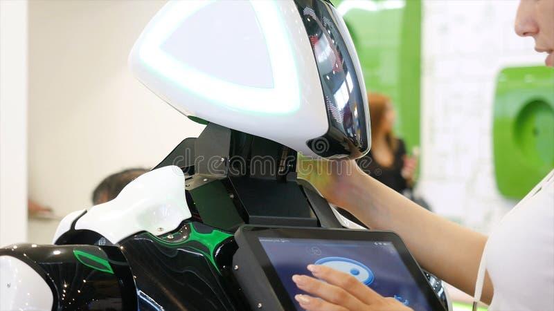 Jekaterinburg, Russland - Juli 2019: High-Techer Roboter an der Ausstellung media Roboter von einem Menschen wie der droid Robote stockfotografie