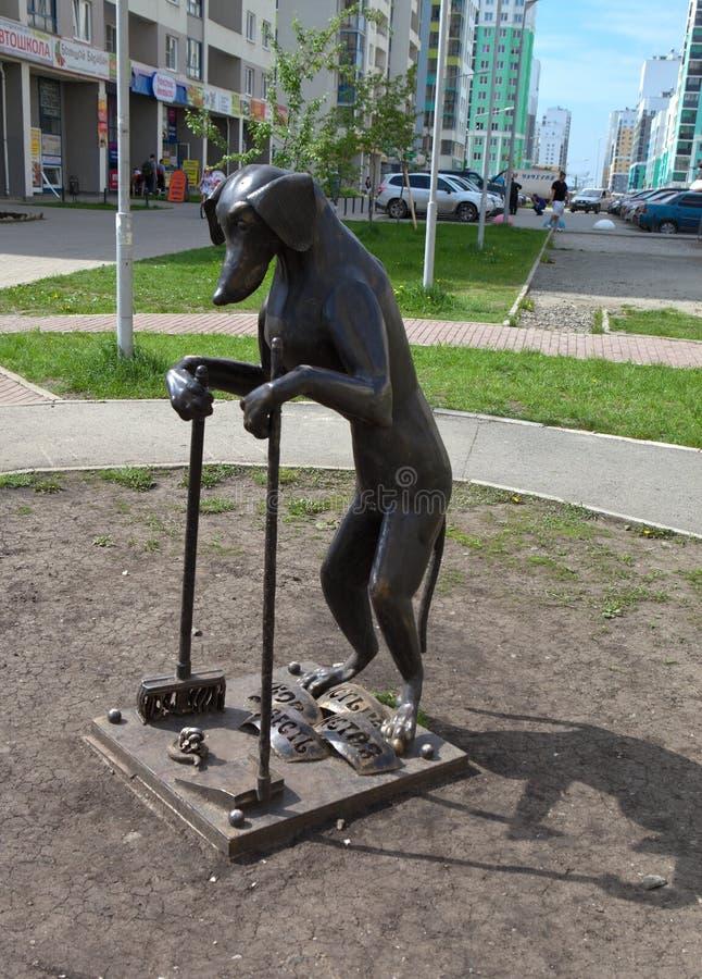 JEKATERINBURG, RUSSLAND - 2. JUNI 2015: Foto des Monuments zum Hund, räumen nach selbst auf lizenzfreie stockbilder